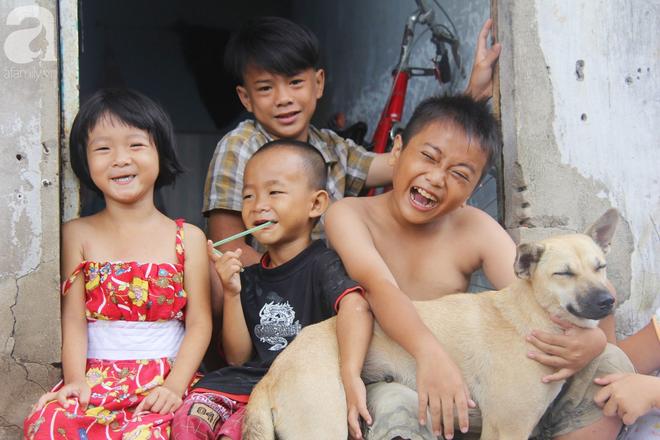Phép màu đến với 8 đứa trẻ sống nheo nhóc bên bà ngoại già bại liệt: Tụi con ăn cơm với cá thịt và sắp được đến trường - ảnh 8