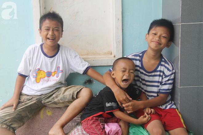 Phép màu đến với 8 đứa trẻ sống nheo nhóc bên bà ngoại già bại liệt: Tụi con ăn cơm với cá thịt và sắp được đến trường - ảnh 10
