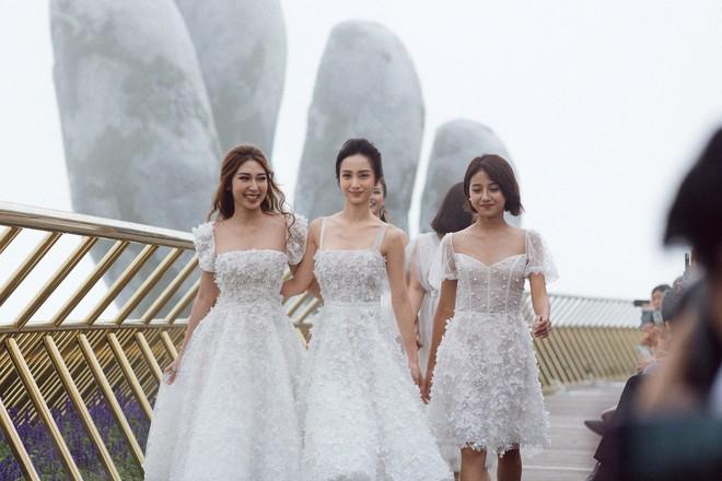 Dàn mỹ nhân Tháng năm rực rỡ diện váy mỏng trên độ cao 1.400m, cùng catwalk cho NTK Chung Thanh Phong - ảnh 2