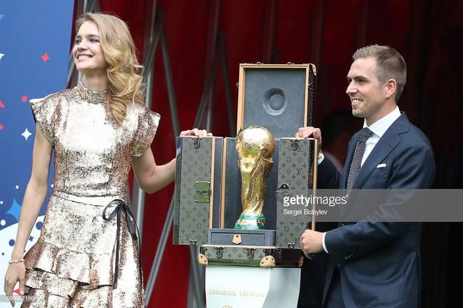Trước khi đến tay đội vô địch, cúp vàng danh giá của World Cup 2018 được đặt trong vali Louis Vuitton sang chảnh nhường này - ảnh 1