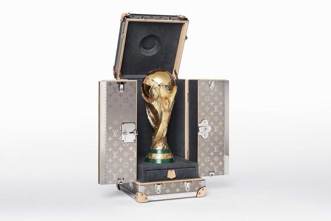 Trước khi đến tay đội vô địch, cúp vàng danh giá của World Cup 2018 được đặt trong vali Louis Vuitton sang chảnh nhường này - ảnh 2