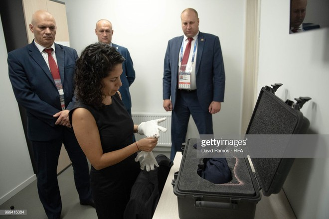 Trước khi đến tay đội vô địch, cúp vàng danh giá của World Cup 2018 được đặt trong vali Louis Vuitton sang chảnh nhường này - ảnh 5