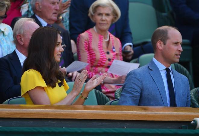 Khi Meghan Markle đang bị chỉ trích vì thích chơi nổi thì Kate Middleton được khen nức lời vì quá rạng rỡ  - Ảnh 4.