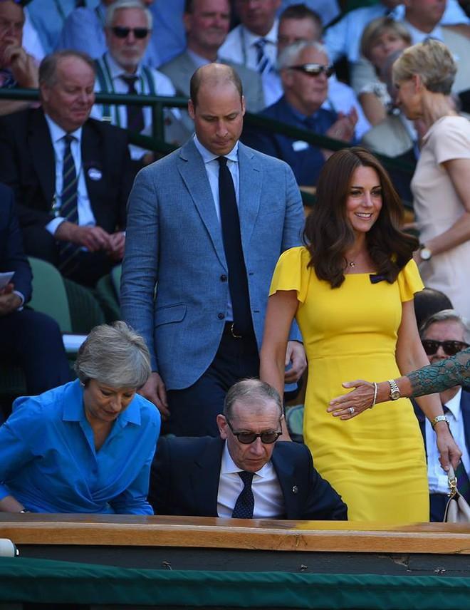 Khi Meghan Markle đang bị chỉ trích vì thích chơi nổi thì Kate Middleton được khen nức lời vì quá rạng rỡ  - Ảnh 1.