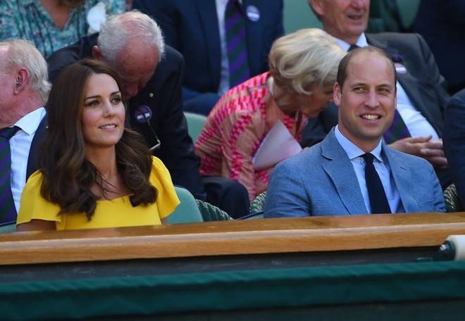 Khi Meghan Markle đang bị chỉ trích vì thích chơi nổi thì Kate Middleton được khen nức lời vì quá rạng rỡ  - Ảnh 5.