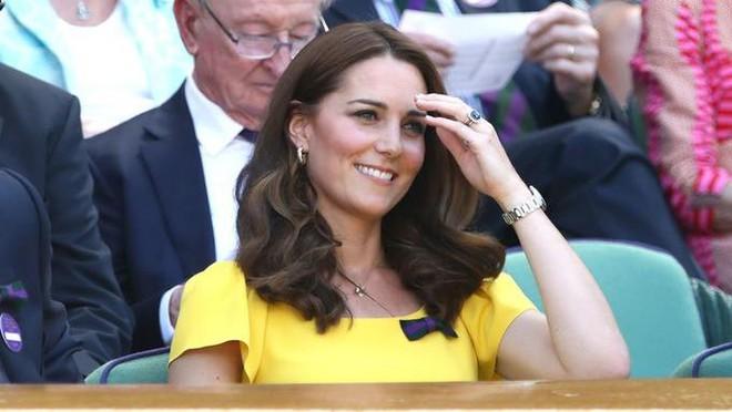 Khi Meghan Markle đang bị chỉ trích vì thích chơi nổi thì Kate Middleton được khen nức lời vì quá rạng rỡ  - Ảnh 2.