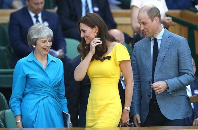 Khi Meghan Markle đang bị chỉ trích vì thích chơi nổi thì Kate Middleton được khen nức lời vì quá rạng rỡ  - Ảnh 6.