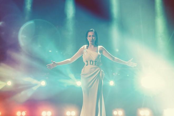 Hậu công khai phẫu thuật thẩm mĩ, Lều Phương Anh tái xuất xinh đẹp trong MV lấy cảm hứng từ Celine Dion - Ảnh 6.