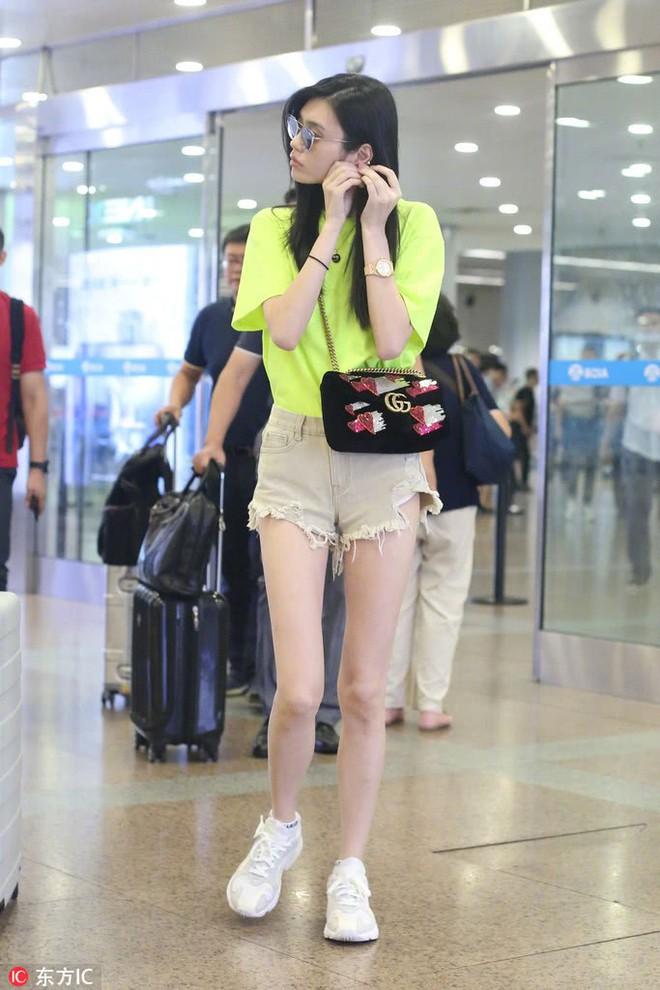 Cặp kè thiếu gia Macau kém 6 tuổi, Ming Xi liên tục diện phụ kiện hàng tỷ đồng tại sân bay - ảnh 1