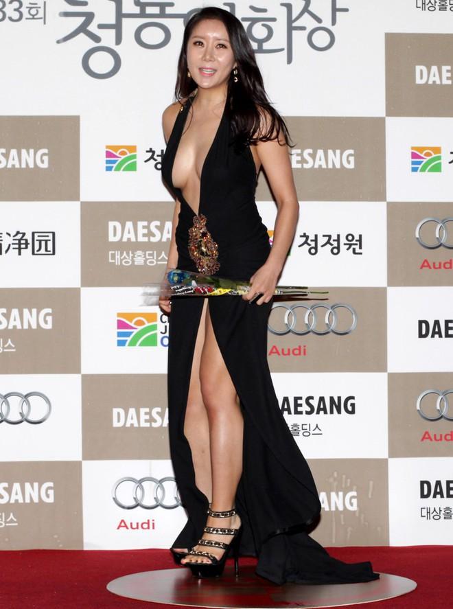 Những khoảnh khắc gây sốc đi vào lịch sử thảm đỏ Kbiz: Sao vô danh chiêu trò hở bạo, Goo Hye Sun bỗng lọt top - Ảnh 7.
