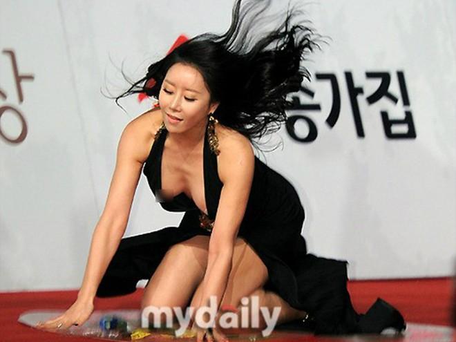 Những khoảnh khắc gây sốc đi vào lịch sử thảm đỏ Kbiz: Sao vô danh chiêu trò hở bạo, Goo Hye Sun bỗng lọt top - Ảnh 9.