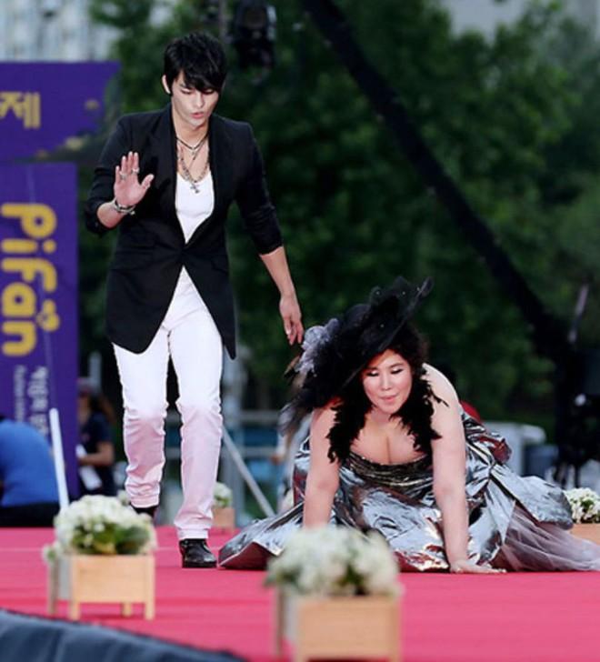 Những khoảnh khắc gây sốc đi vào lịch sử thảm đỏ Kbiz: Sao vô danh chiêu trò hở bạo, Goo Hye Sun bỗng lọt top - Ảnh 15.