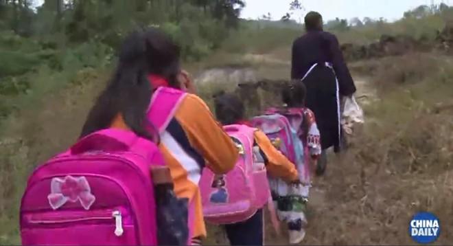 Người thầy giáo già dành suốt 41 năm vượt hàng chục km đường rừng để đưa học sinh đến trường - ảnh 1