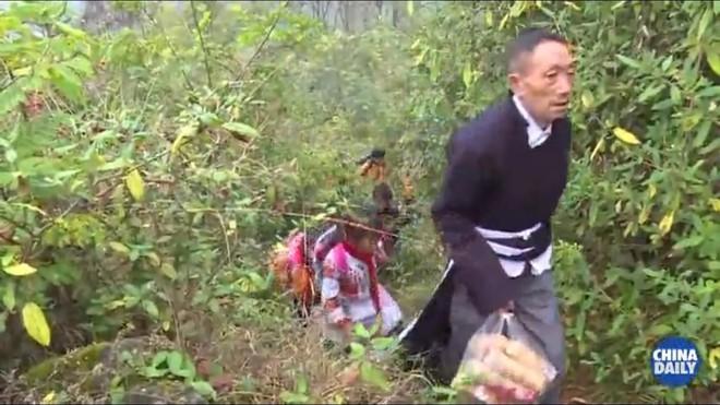 Người thầy giáo già dành suốt 41 năm vượt hàng chục km đường rừng để đưa học sinh đến trường - ảnh 2