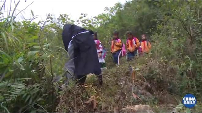 Người thầy giáo già dành suốt 41 năm vượt hàng chục km đường rừng để đưa học sinh đến trường - ảnh 3
