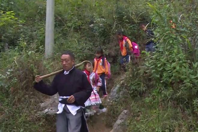 Người thầy giáo già dành suốt 41 năm vượt hàng chục km đường rừng để đưa học sinh đến trường - ảnh 4