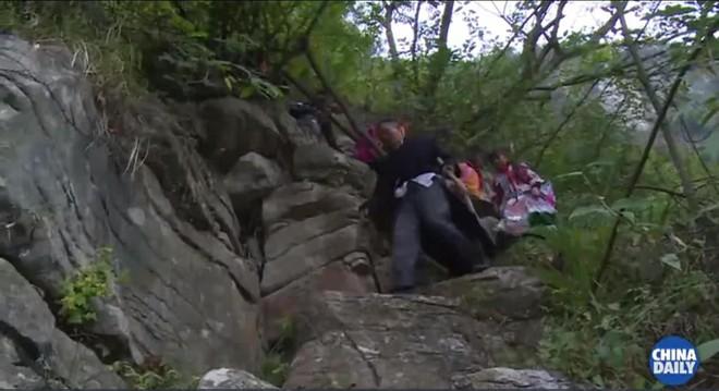 Người thầy giáo già dành suốt 41 năm vượt hàng chục km đường rừng để đưa học sinh đến trường - ảnh 5