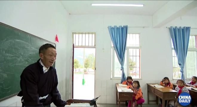 Người thầy giáo già dành suốt 41 năm vượt hàng chục km đường rừng để đưa học sinh đến trường - ảnh 6