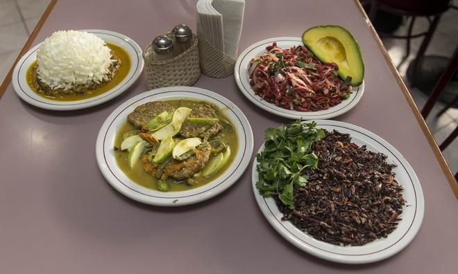 Trứng muỗi nấu với xương rồng, hoa cúc - món ăn khó tin nhưng lại vô cùng hấp dẫn với người Mexico - Ảnh 1.