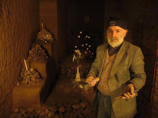 Người đàn ông cặm cụi đào đất làm hầm chứa khoai tây theo lời vợ, nào ngờ 23 năm sau thành kiệt tác độc nhất vô nhị trên thế giới - Ảnh 1.