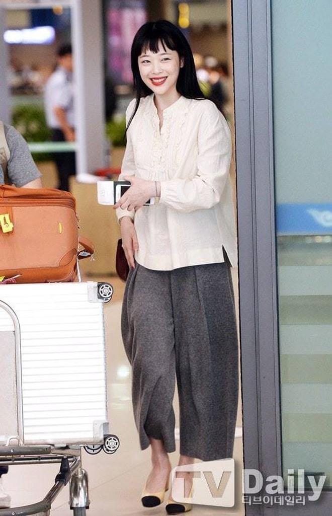 """Chỉ có thể là Jeon Ji Hyun, Sulli và Lisa (Black Pink): Thần thái """"thách thức"""" cả quần áo vừa khó mặc lại lòe loẹt - ảnh 11"""