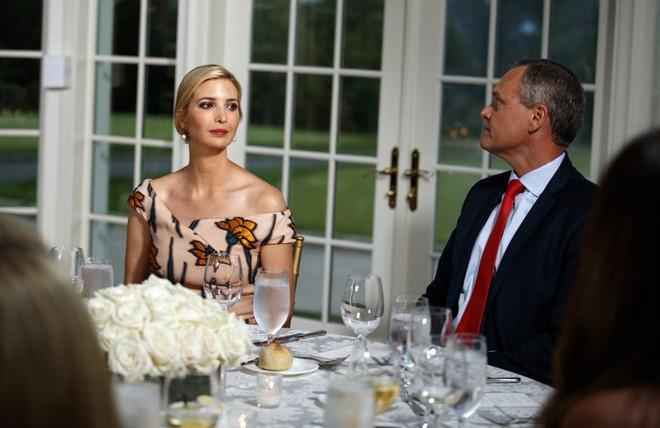 Đệ nhất phu nhân Mỹ và con chồng cùng diện váy hoa nhưng một người chơi lớn chọn váy đắt hơn hẳn 4 lần, bạn có đoán ra ai khôngZZZ - ảnh 1
