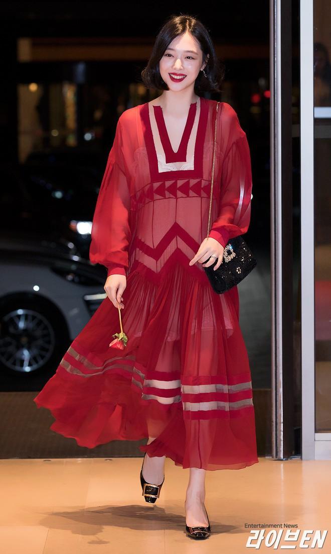 """Chỉ có thể là Jeon Ji Hyun, Sulli và Lisa (Black Pink): Thần thái """"thách thức"""" cả quần áo vừa khó mặc lại lòe loẹt - ảnh 6"""