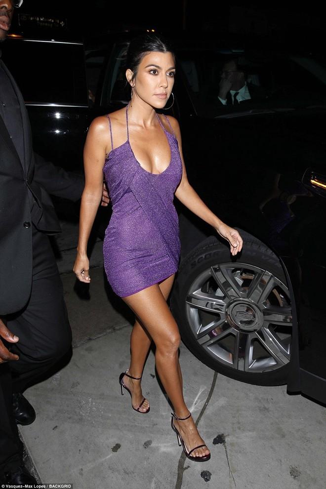 Ngũ long công chúa nhà Kardashian đọ sắc: Kylie và Kim quá gợi cảm sau giảm cân, Kendall khoe chân dài hút hồn - Ảnh 11.