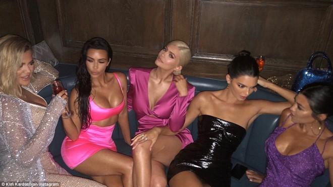 Ngũ long công chúa nhà Kardashian đọ sắc: Kylie và Kim quá gợi cảm sau giảm cân, Kendall khoe chân dài hút hồn - Ảnh 14.