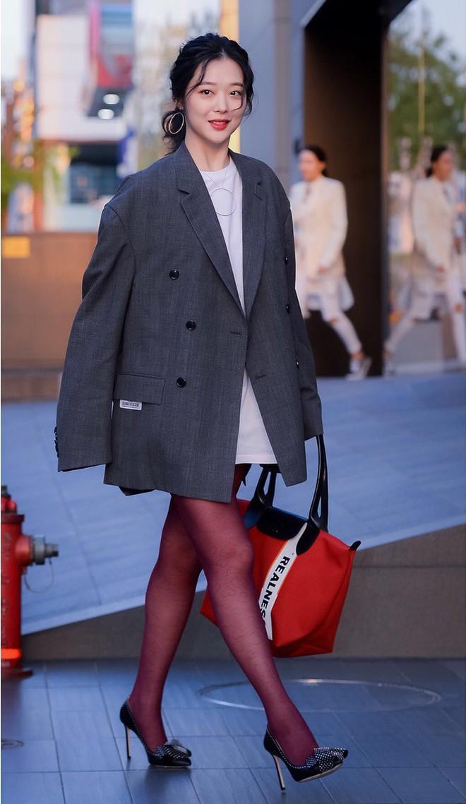 """Chỉ có thể là Jeon Ji Hyun, Sulli và Lisa (Black Pink): Thần thái """"thách thức"""" cả quần áo vừa khó mặc lại lòe loẹt - ảnh 8"""
