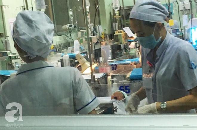 Bé trai bị mẹ nghiện ma túy và nhiễm HIV bỏ rơi đang được điều trị cắt cơn nghiện tại BV Nhi Đồng - ảnh 1