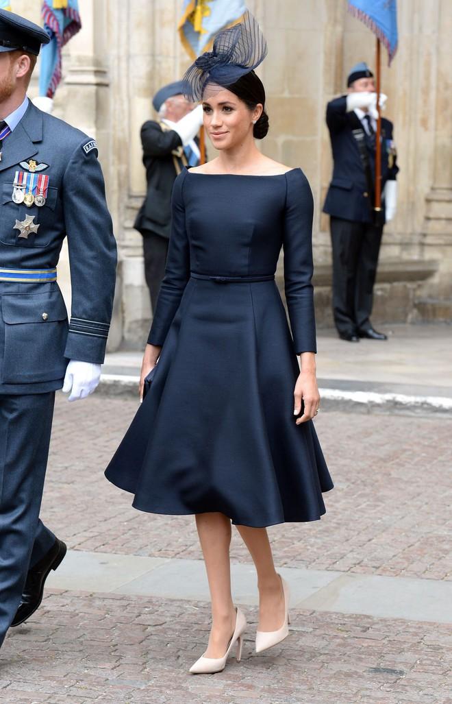 Chỉ mới 3 tháng làm dâu Hoàng gia nhưng Công nương Meghan Markle đã vướng không dưới 5 tranh cãi về trang phục - ảnh 5