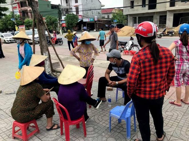 Người dân Hà Tĩnh đặt gạch, ghi tên lên ghế chờ mua vé xem bóng chuyền VTV Cup - ảnh 2