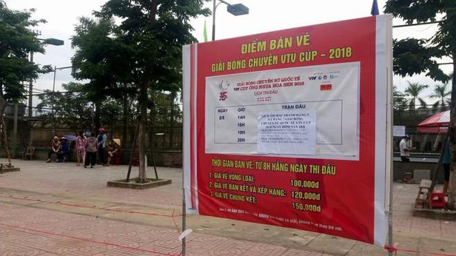 Người dân Hà Tĩnh đặt gạch, ghi tên lên ghế chờ mua vé xem bóng chuyền VTV Cup - ảnh 3