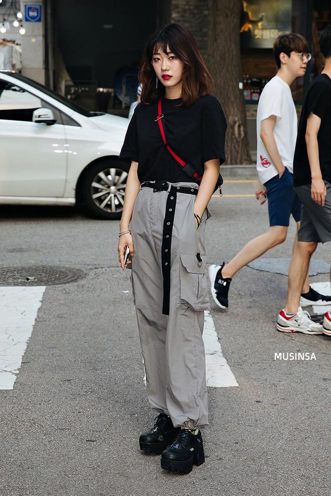 Muốn mix đồ gọn nhẹ mà vẫn cool và tôn dáng, bạn hãy xem ngay street style của giới trẻ Hàn tuần qua - ảnh 1
