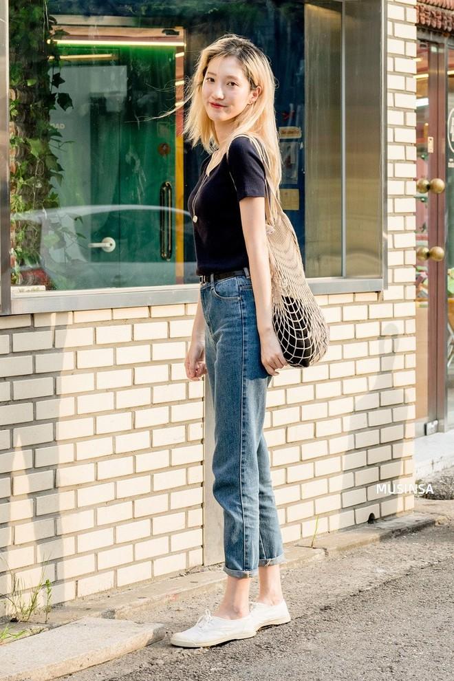 Muốn mix đồ gọn nhẹ mà vẫn cool và tôn dáng, bạn hãy xem ngay street style của giới trẻ Hàn tuần qua - ảnh 2