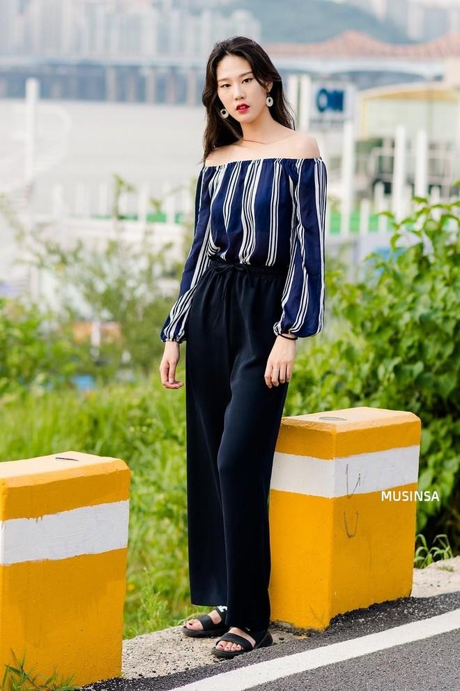 Muốn mix đồ gọn nhẹ mà vẫn cool và tôn dáng, bạn hãy xem ngay street style của giới trẻ Hàn tuần qua - ảnh 9