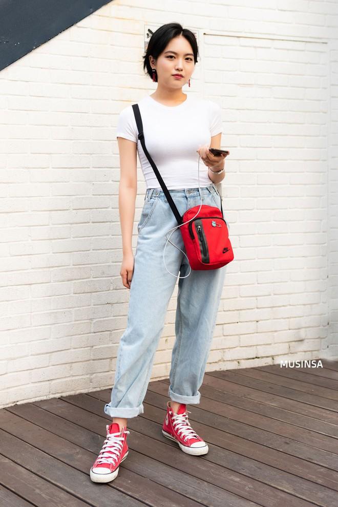 Muốn mix đồ gọn nhẹ mà vẫn cool và tôn dáng, bạn hãy xem ngay street style của giới trẻ Hàn tuần qua - ảnh 4