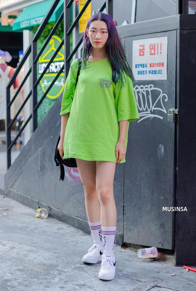 Muốn mix đồ gọn nhẹ mà vẫn cool và tôn dáng, bạn hãy xem ngay street style của giới trẻ Hàn tuần qua - ảnh 3