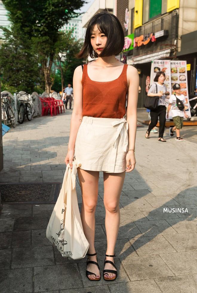 Muốn mix đồ gọn nhẹ mà vẫn cool và tôn dáng, bạn hãy xem ngay street style của giới trẻ Hàn tuần qua - ảnh 8