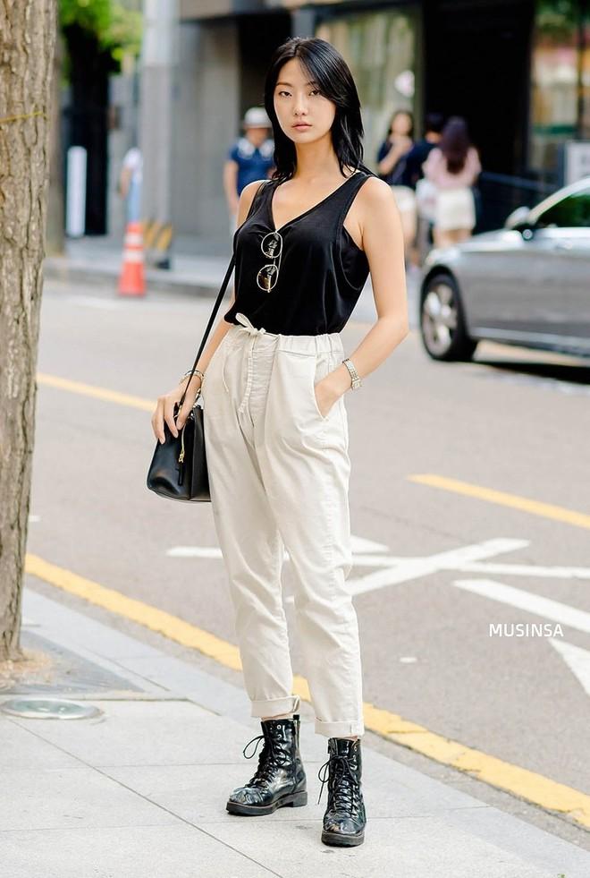 Muốn mix đồ gọn nhẹ mà vẫn cool và tôn dáng, bạn hãy xem ngay street style của giới trẻ Hàn tuần qua - ảnh 11