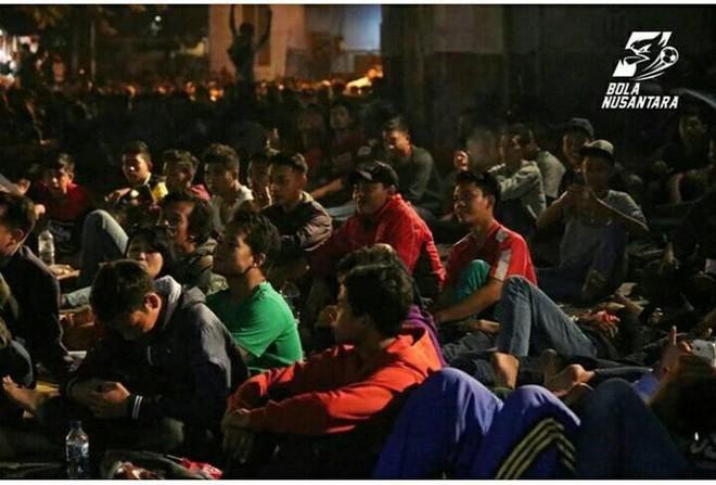 Fan Indonesia vật vạ, qua đêm ngoài trời chờ mua vé trận mở màn Asiad 2018 - ảnh 1
