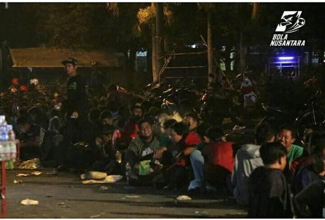 Fan Indonesia vật vạ, qua đêm ngoài trời chờ mua vé trận mở màn Asiad 2018 - ảnh 3
