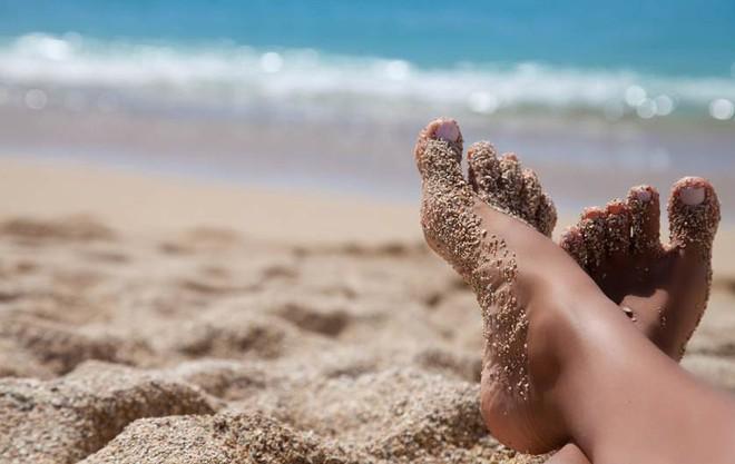Lần nào đi biển về bạn cũng như mang cả tấn cát theo cùng mà chẳng hiểu vì sao, nắm nguyên tắc này để không còn phát bực - ảnh 2