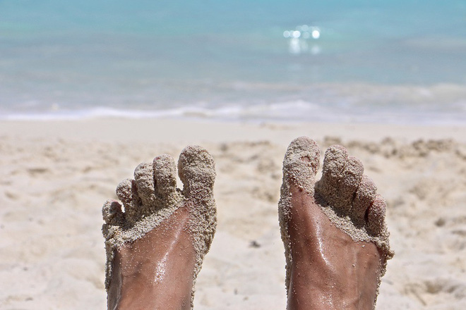 Lần nào đi biển về bạn cũng như mang cả tấn cát theo cùng mà chẳng hiểu vì sao, nắm nguyên tắc này để không còn phát bực - ảnh 1