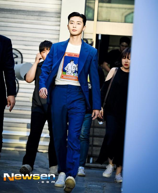 """Park Seo Joon bỗng xuất hiện với vẻ ngoài xuề xòa, luộm thuộm khác hẳn """"Phó chủ tịch"""" bảnh bao ngời ngời trên phim - ảnh 13"""