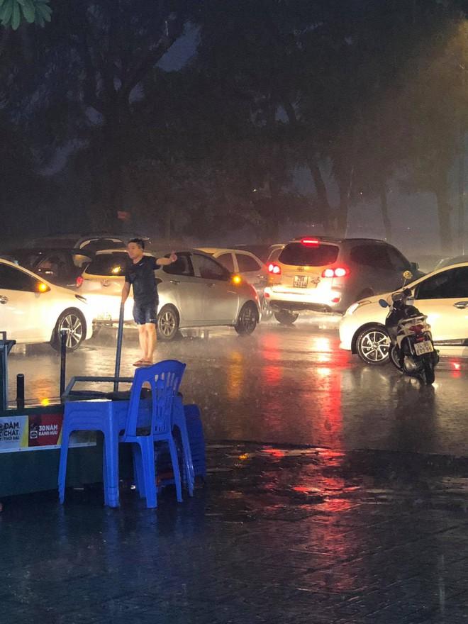 Thanh niên dầm mưa đứng phân luồng giao thông nhận được nhiều bình luận tích cực từ cư dân mạng - ảnh 1