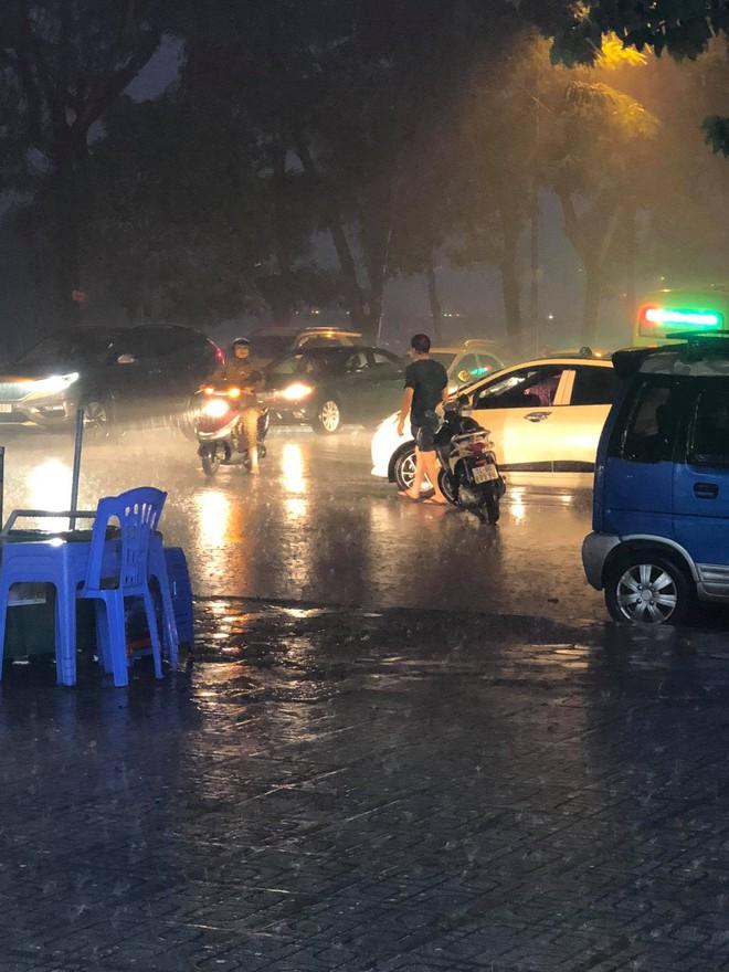 Thanh niên dầm mưa đứng phân luồng giao thông nhận được nhiều bình luận tích cực từ cư dân mạng - ảnh 2