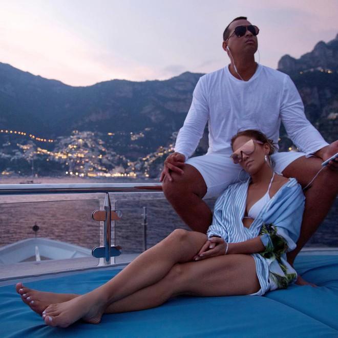 Cách Jennifer Lopez cùng bồ trẻ chứng minh tình yêu: Diện đồ tông xuyệt tông với nhau bất cứ khi nào có thể - ảnh 1