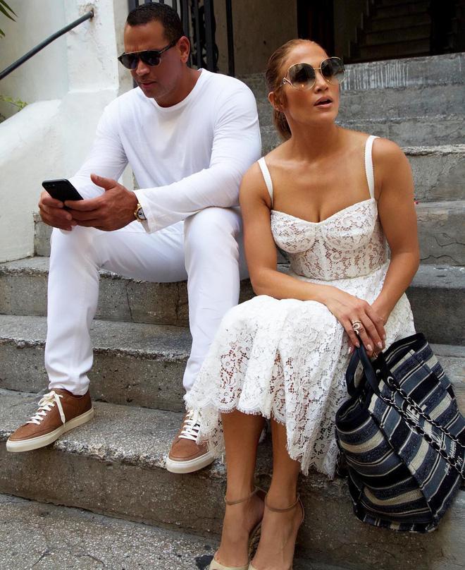 Cách Jennifer Lopez cùng bồ trẻ chứng minh tình yêu: Diện đồ tông xuyệt tông với nhau bất cứ khi nào có thể - ảnh 2